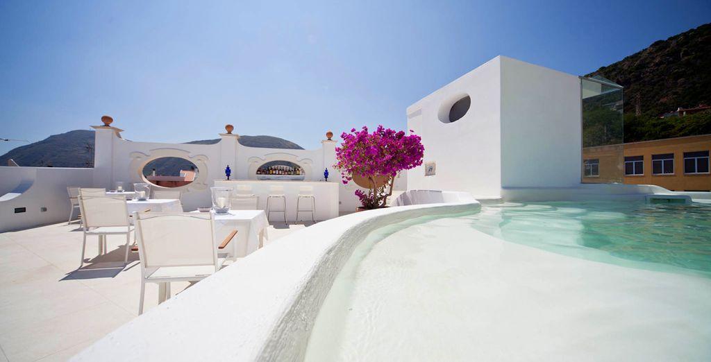 Salite sull'alta terrazza della struttura e godete della bellissima vista
