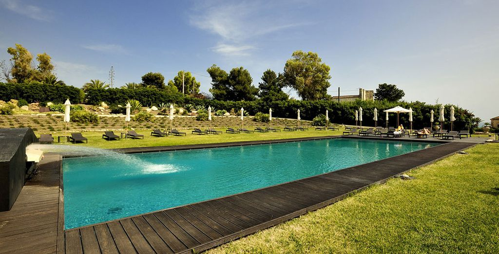 Fate un tuffo nella magnifica piscina del Falconara Charming House Resort & SPA 4*