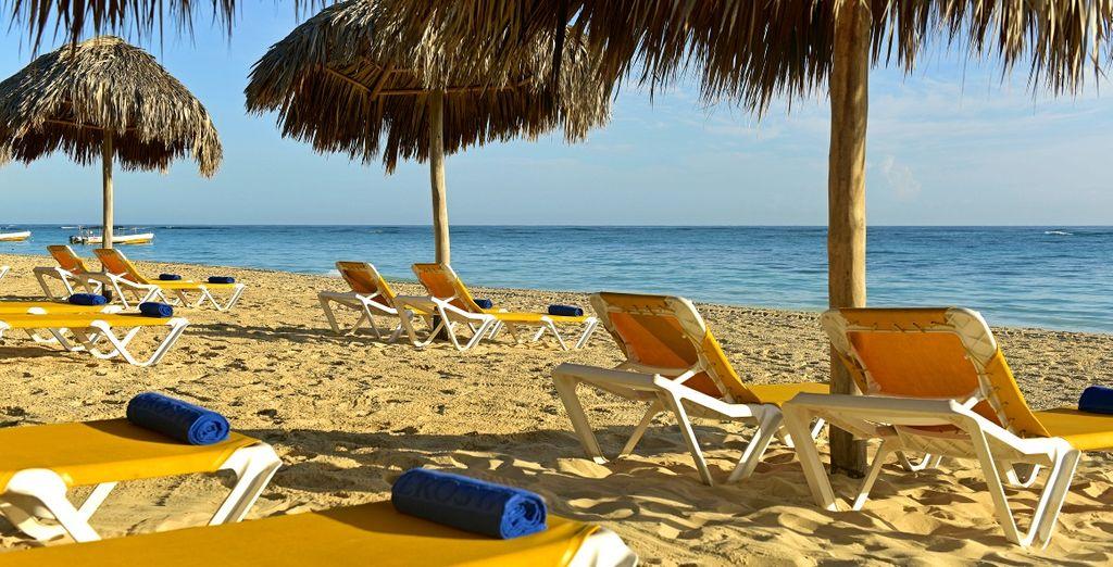 oppure presso la spiaggia privata, attrezzatta con lettini e ombrelloni