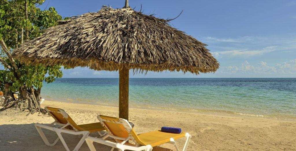 Rilassatevi sulla spiaggia di sabbia bianca