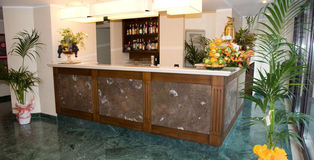 Disporrete di un bar dove potrete sorseggiare drink rinfrescanti