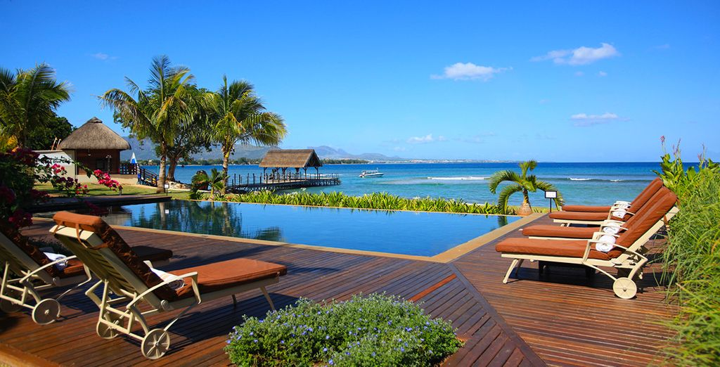La piscina principale vi aspetta con una vista mozzafiato