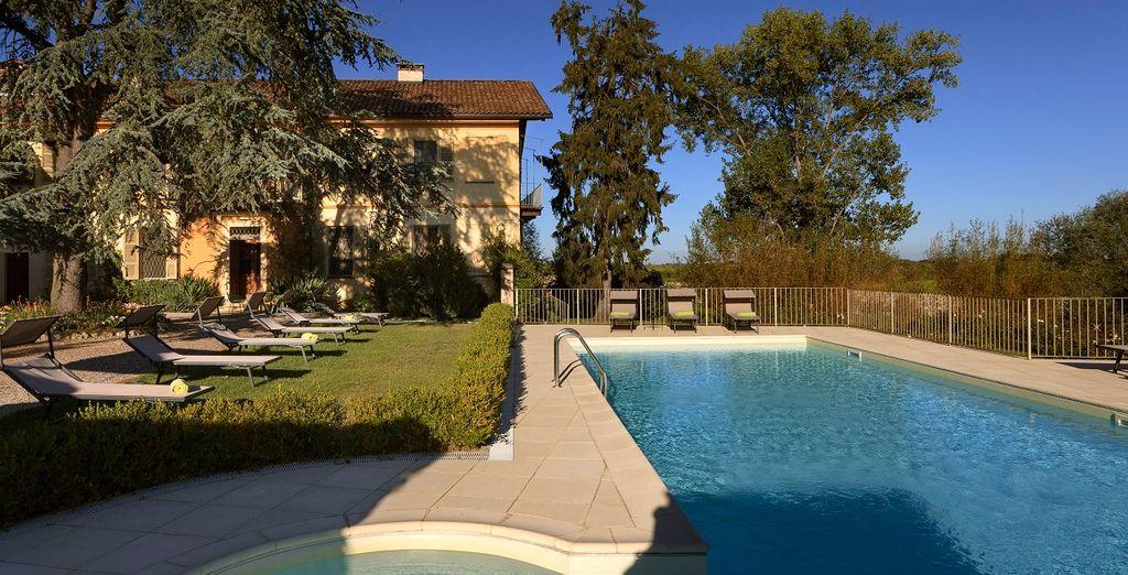 Rilassatevi nella bella piscina esterna