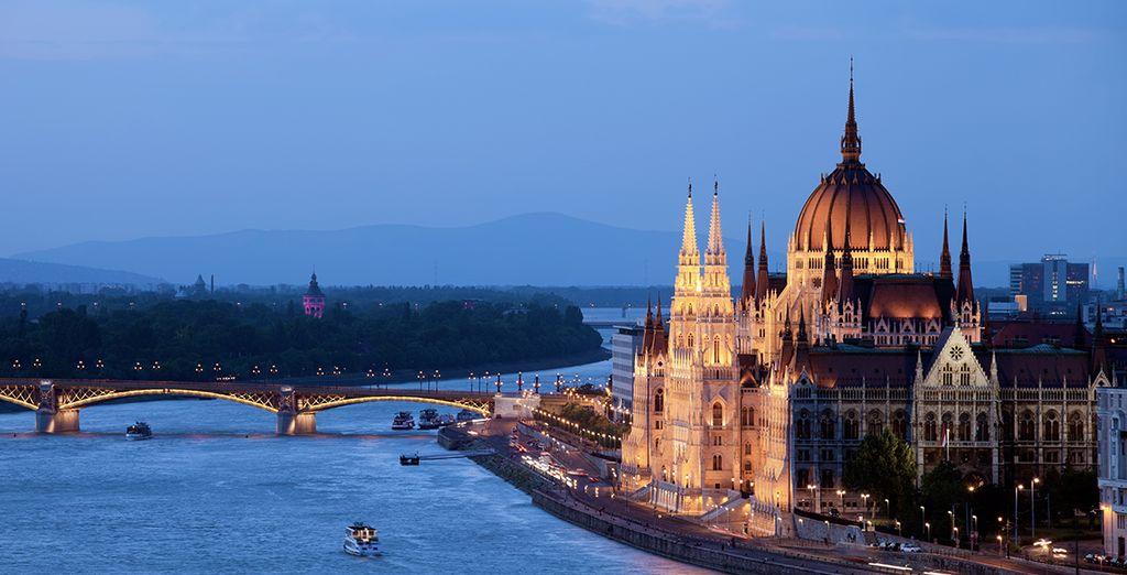 Ammirate i maestosi edifici che si specchiano nel Danubio