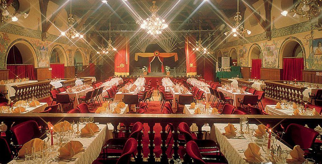 La sera il magnifico teatro all'interno della struttura vi aspetta per uno spettacolo