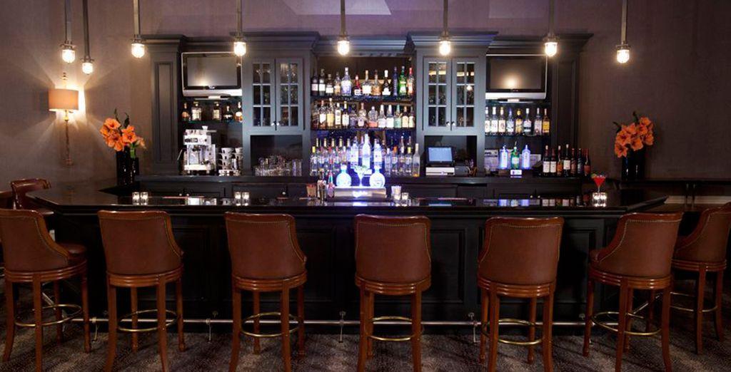 Sorseggiate un drink al bar