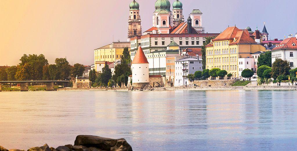 Gita in barca lungo il Danubio e osservazione delle più belle città dell'Europa centrale e di un'architettura incredibile