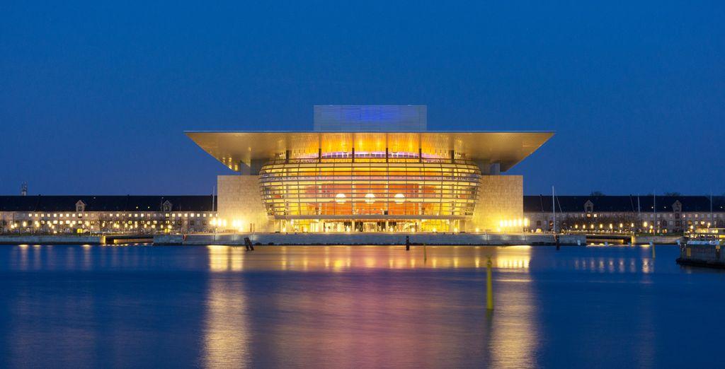 così come i suoi monumenti, tra cui l'Opera House