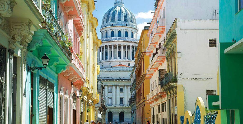 Fotografia della città di La Avane e delle sue strade piene di case colorate