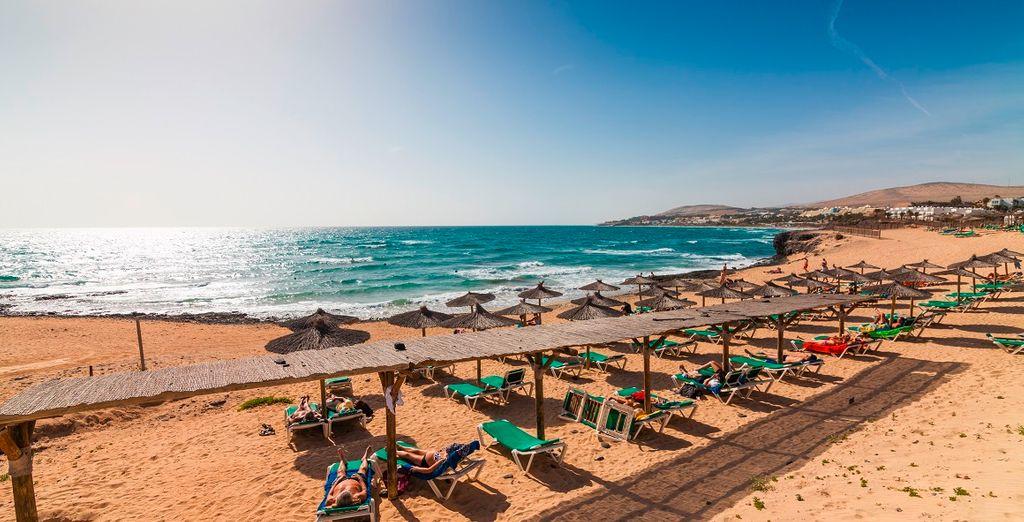 prendete il sole delle Canarie nell'attrezzata spiaggia dell'hotel