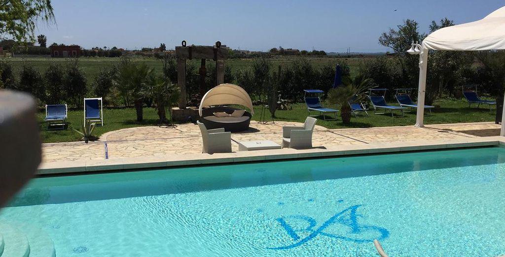 Il giardino mediterraneo dispone di zona relax, solarium, piscina scoperta