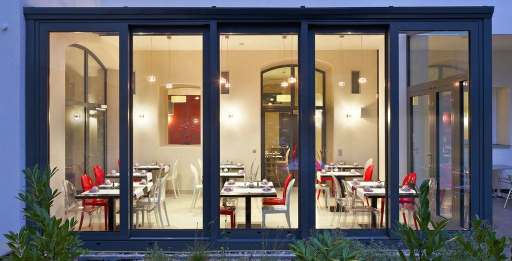 con un elegante pasto al ristorante o un cocktail al bar della struttura