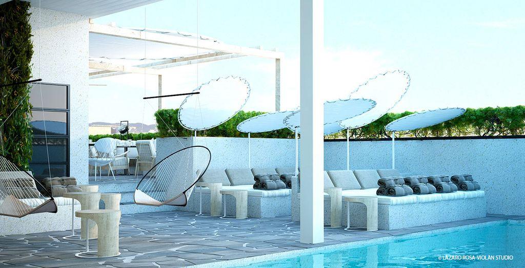 Non perdetevi la piscina con solarium dove la vista di Barcellona è impressionante