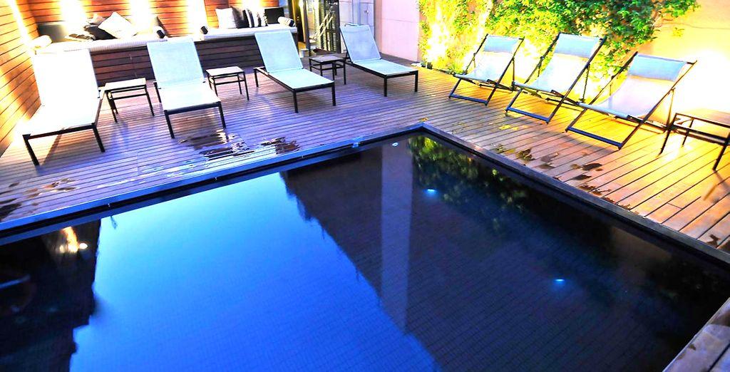 La piscina all'ultimo piano è perfetta per rilassarsi