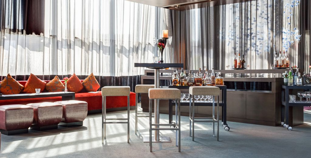 Accomodatevi per un cocktail all'Axis Bar