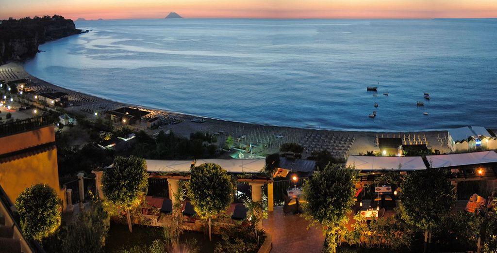 ed ammirando lo splendido panorama con vista sul mare cristallino