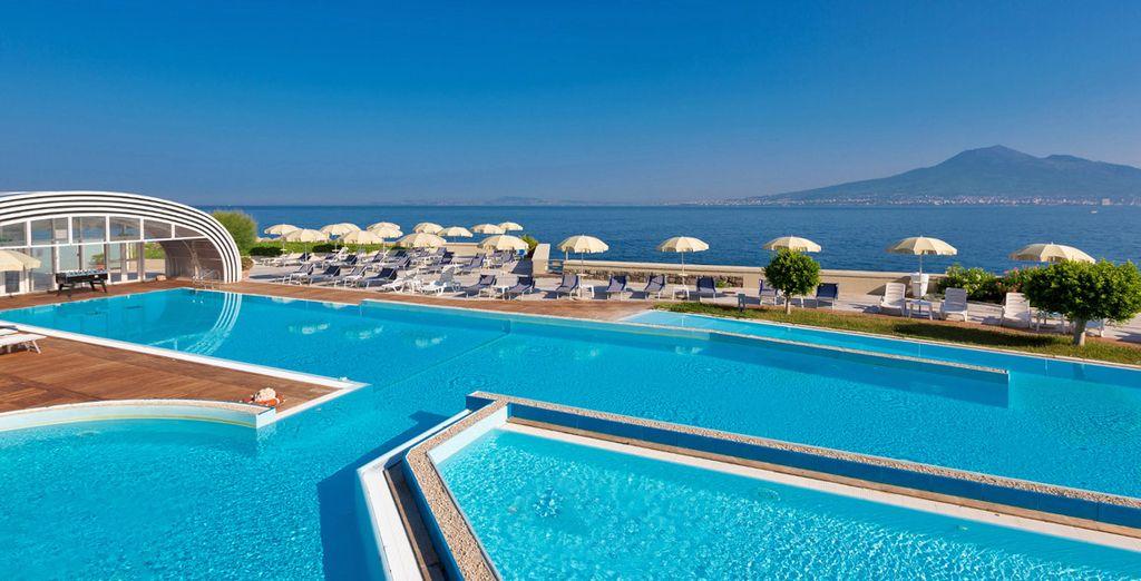 Paesaggi mozzafiato vi attendono per un soggiorno a 4* nel Golfo di Napoli