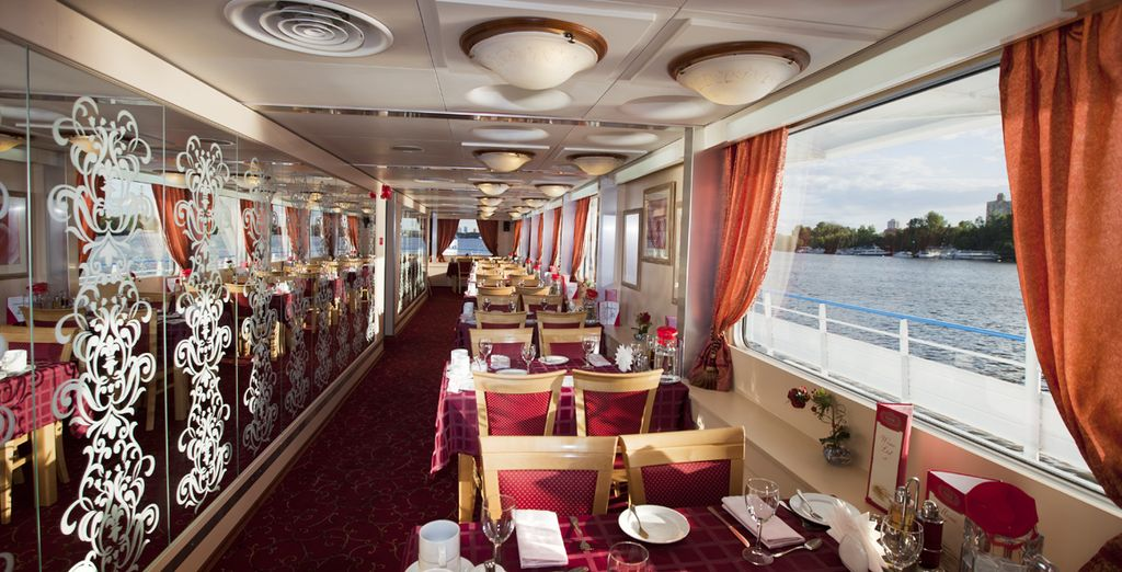 il ristorante ha finestre meravigliose