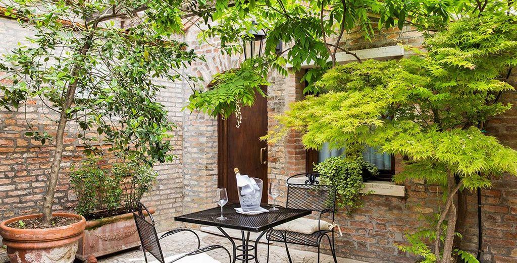 Sedetevi nell'accogliente giardino interno per un drink