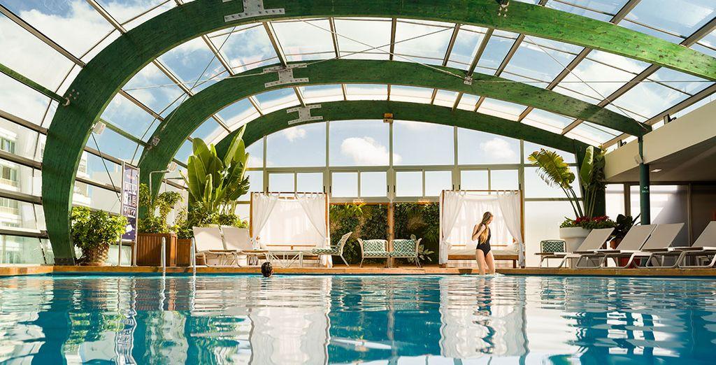 O nella spettacolare piscina interna