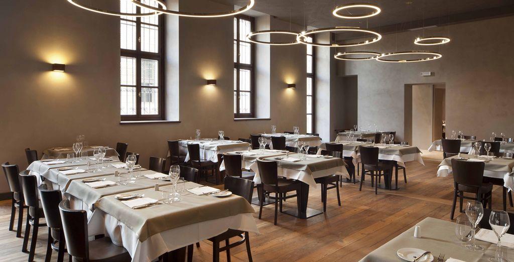 Accomodatevi nell'elegante ristorante