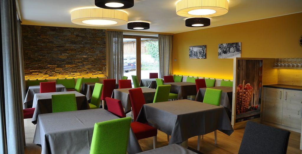 La sala da pranzo accoglie gli ospiti in un'atmosfera calda e familiare