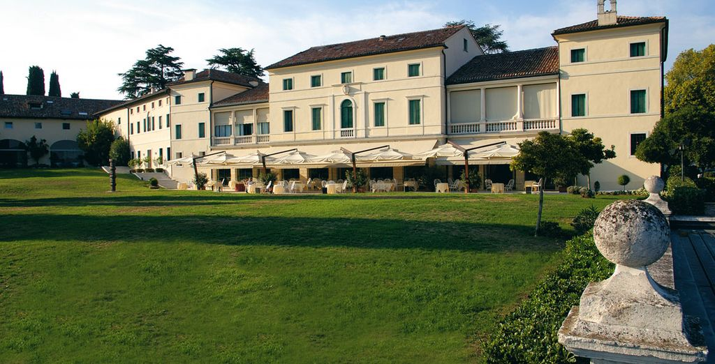 L'Hotel Villa Michelangelo è pronto ad accogliervi, immerso nel verde