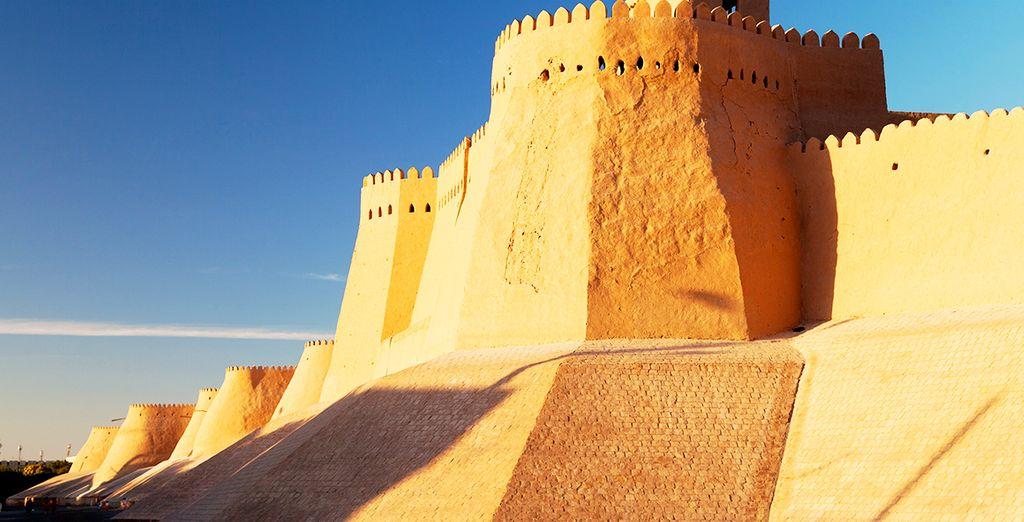Divisa in due parti: la parte interna, Ichan Qala, caratterizzata dai palazzi del sovrano e moschee, e la parte esterna, Dishan Qala