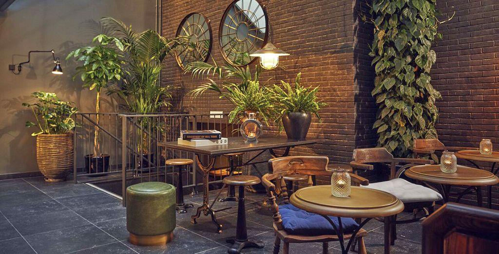 caratterizzato da un elegante patio arredato con stile