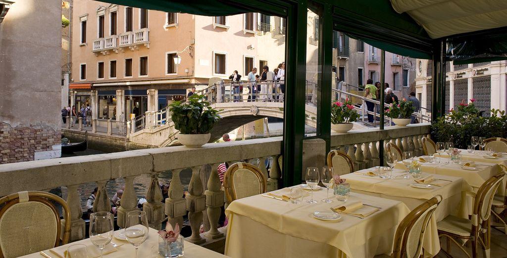 o scegliete i tavoli all'aperto ammirando le meraviglie architettoniche della città