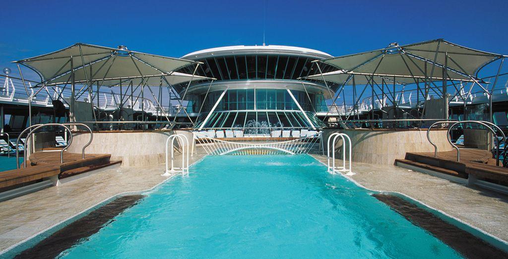 Potrete prendere il sole rinfrescandovi poi nelle acque scintillanti della piscina
