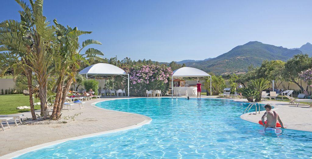 Rigeneratevi con un tuffo in piscina sotto il caldo sole della Sardegna