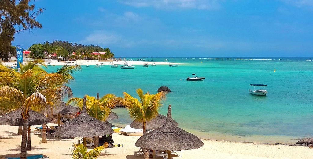 o sulla splendida spiaggia di sabbia bianca di Flic en Flac