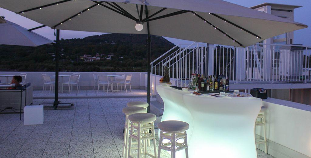Sorseggiate un buon cocktail sulla sua splendida terrazza