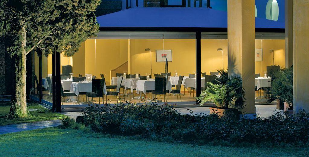 Cenate nell'elegante ristorante Valentine's con vista sul meraviglioso giardino