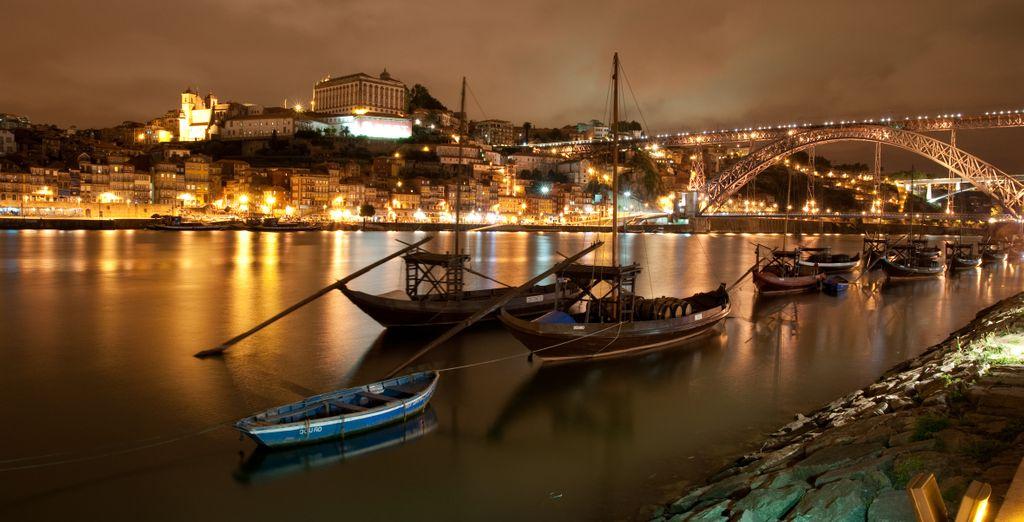 L'atmosfera serale sul fiume è magica