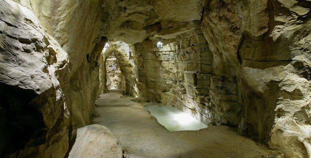 tra un suggestivo percorso in grotta, collegamento tra piscina interna e piscina esterna