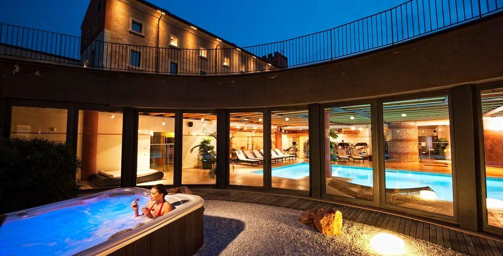 All'esterno vi attende un'esclusiva vasca Jacuzzi, situata nel giardino della SPA