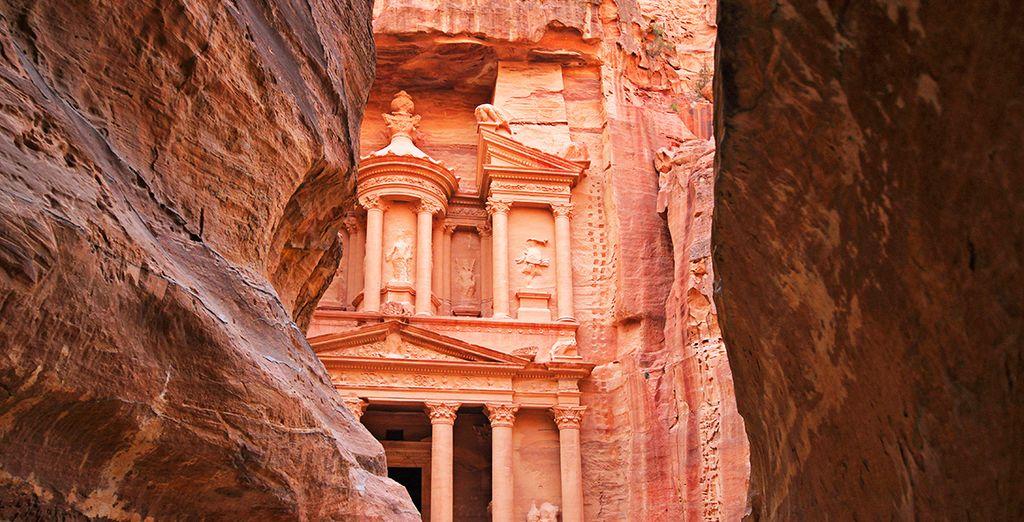 Proseguirete per l'antica città di Petra, la capitale dei Nabatei