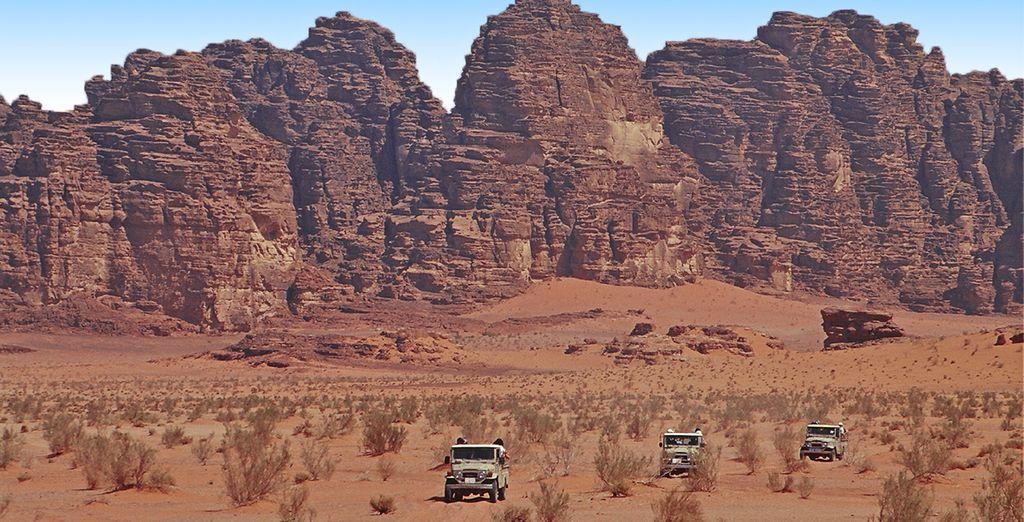 In seguito è prevista un'escursione in jeep 4x4 di circa 2 ore attraverso il deserto del Wadi Rum