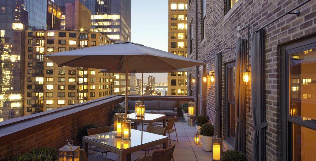 o magari sulla terrazza dell'hotel con magiche viste sullo skyline di New York