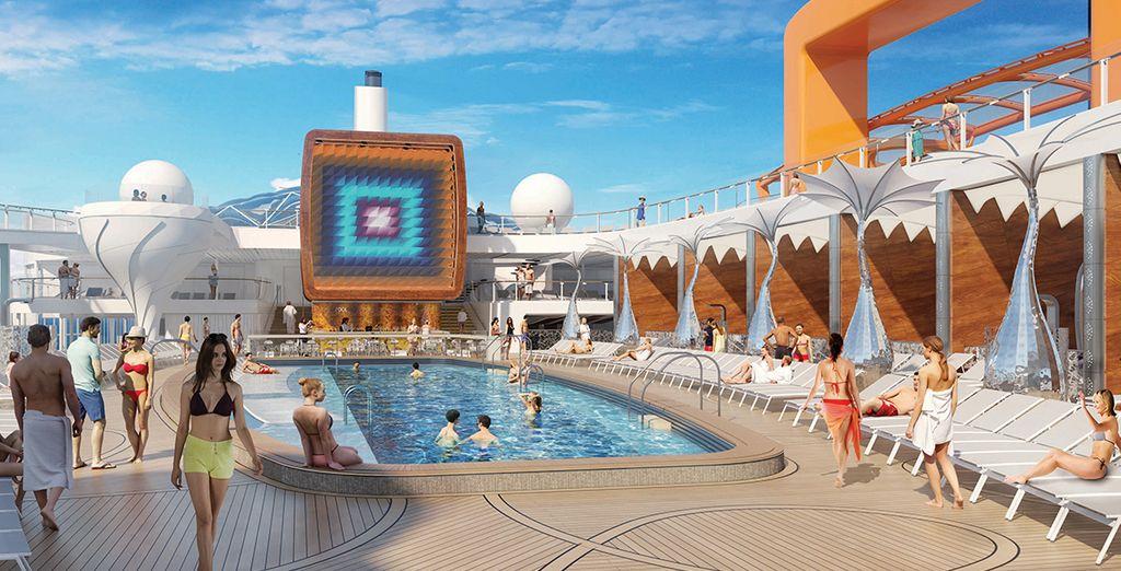 Nave da crociera di alta gamma con piscina, spa e area relax