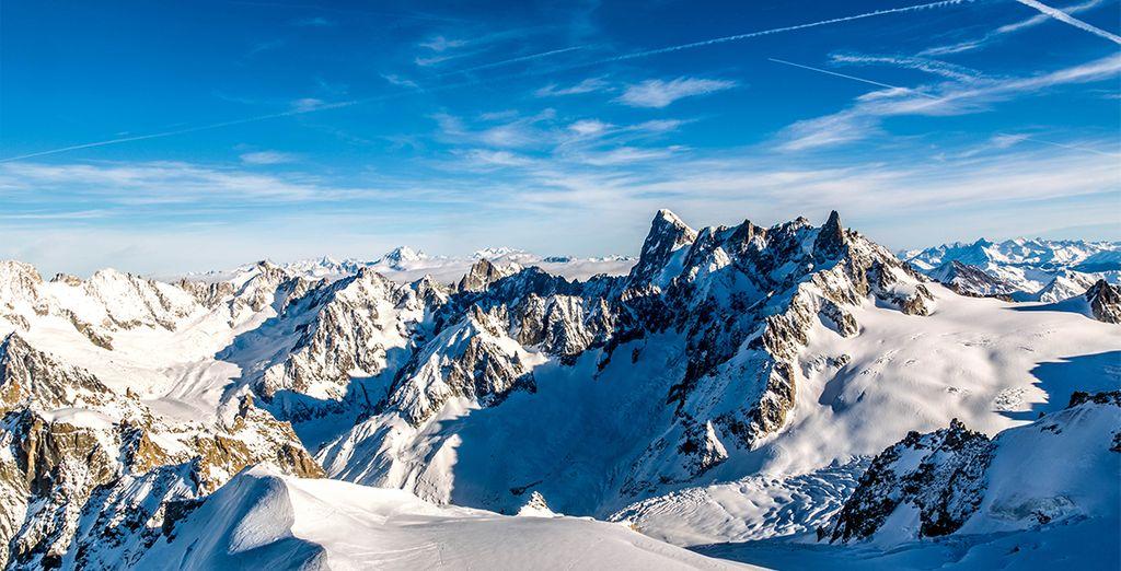 Fotografia delle montagne innevate intorno a Chamonix, nel cuore delle Alpi francesi