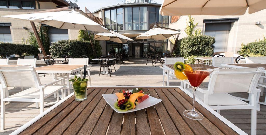 Hotel di lusso con zona pranzo e macedonia di frutta