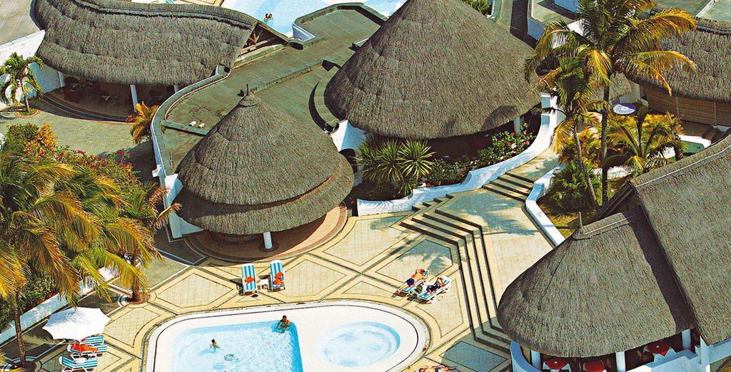 Tuffatevi in una delle due piscine e rilassatevi nella jacuzzi