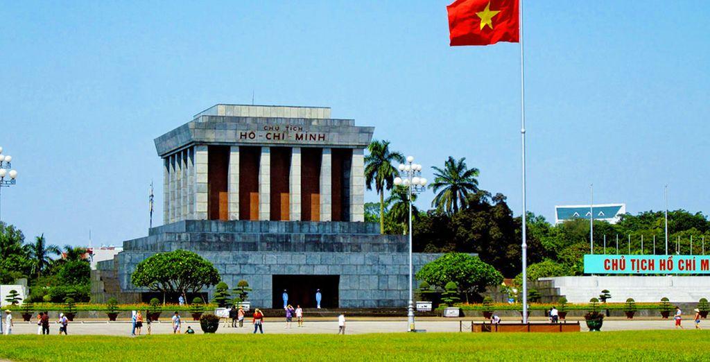 Unitevi ai pellegrini nel maestoso Mausoleo di Ho Chi Minh