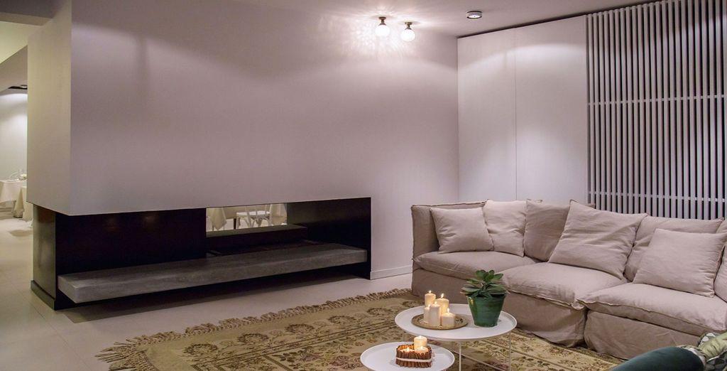 con il caldo legno, i divani come piccole alcove e il silenzio ovattato di una vista mozzafiato