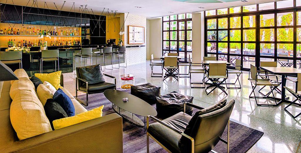 Gli interni sono minimali e caratterizzati da linee pulite