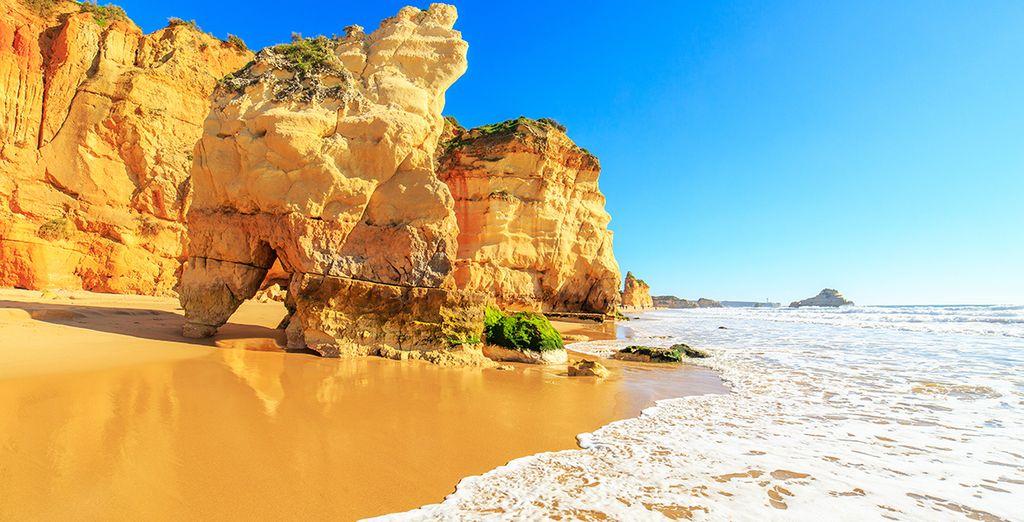 Fotografia dei maestosi paesaggi del Portogallo: spiaggia di sabbia fine e coste rocciose.