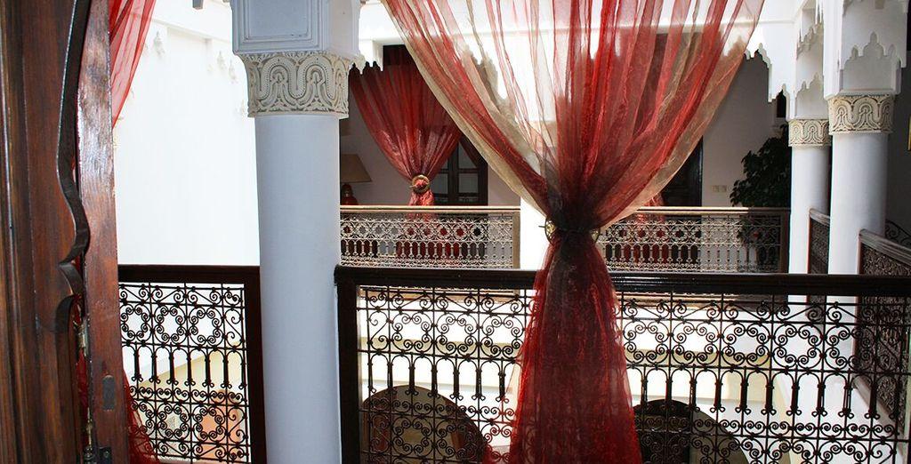 Ammirate le decorazione e affreschi in stile orientale